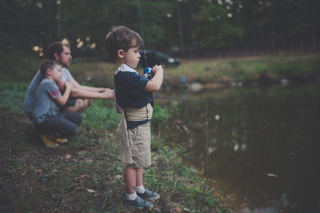 Pour pêcher avec ses enfants, il est important de respecter quelques consignes de sécurité. Photo Pixabay