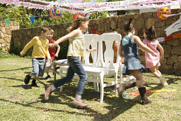 Enfants qui jouent aux chaises musicales