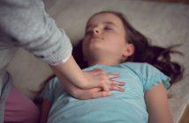 Enfants qui s'entraînent aux gestes de premiers secours