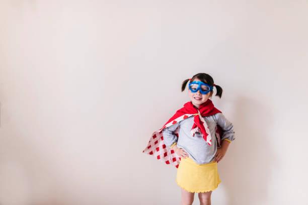 Petite fille avec un costume de super-héros fait maison