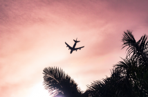 Avion dans un ciel rosé