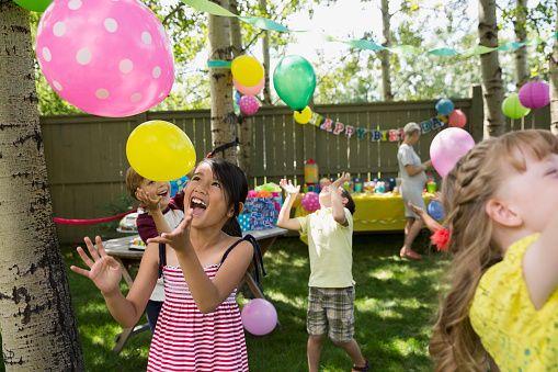 Fête d'anniversaire avec des enfants qui jouent
