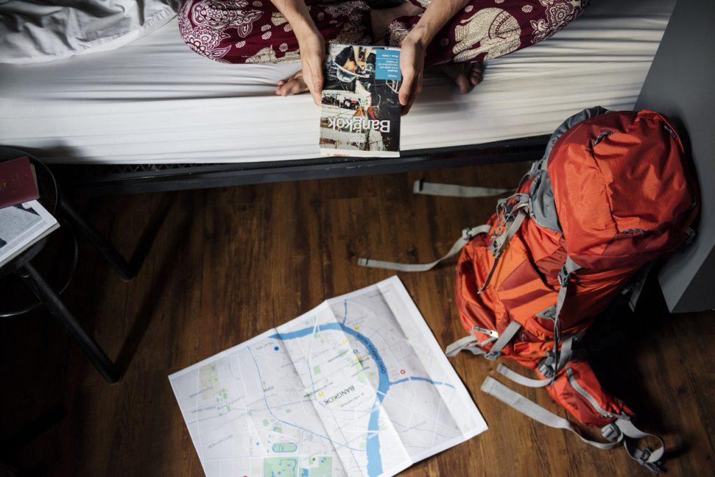 Carte, livre et sac de voyage