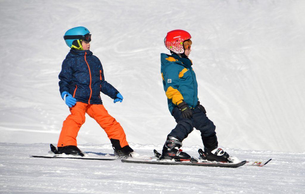 Deux enfants sur des skis à la montagne