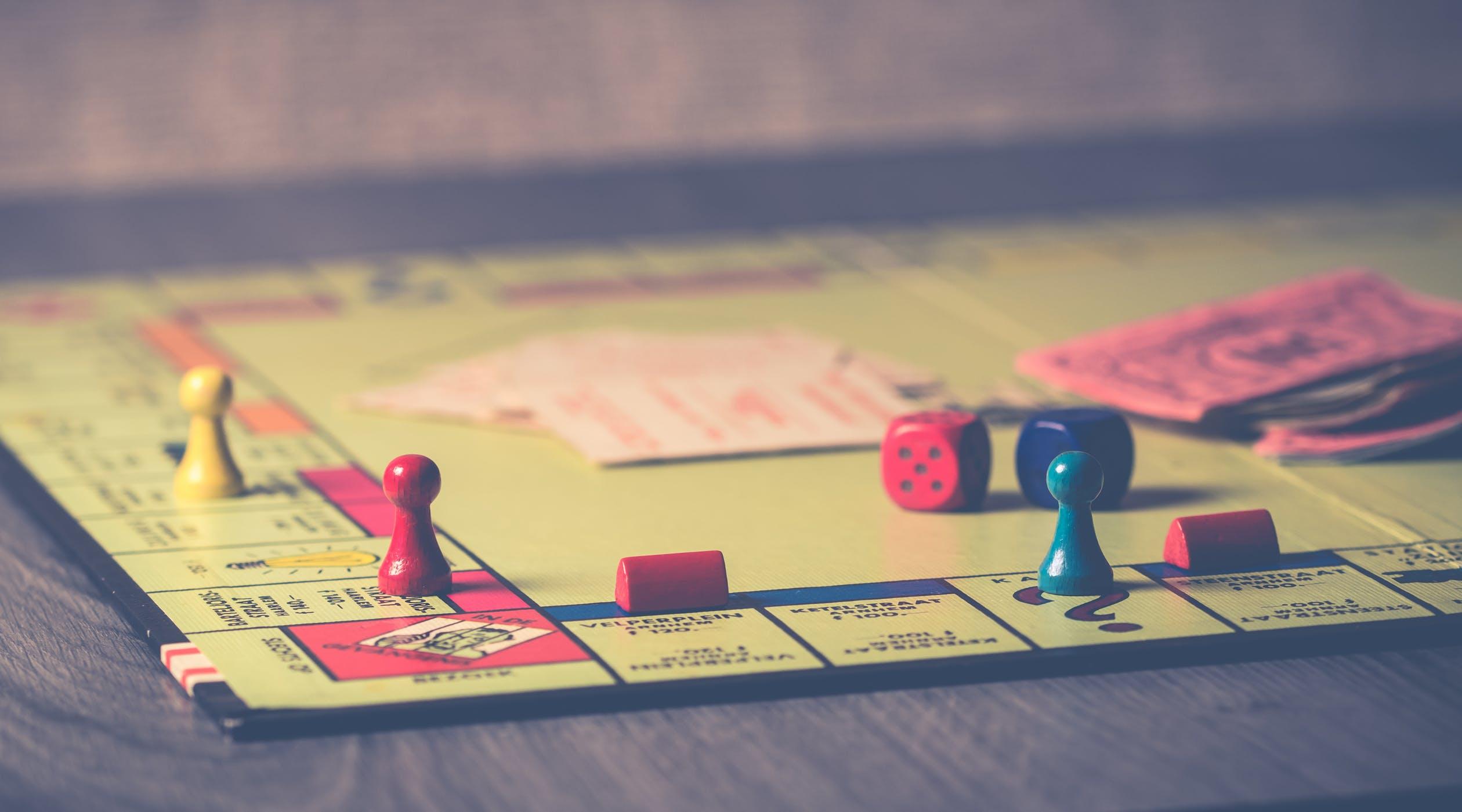 Plateau du jeu de société Monopoly pendant une partie en famille
