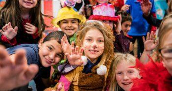 Groupe d'enfants déguisés dans une classe