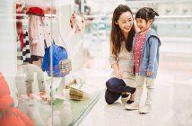 Jeune maman qui fait du shopping avec sa petite fille